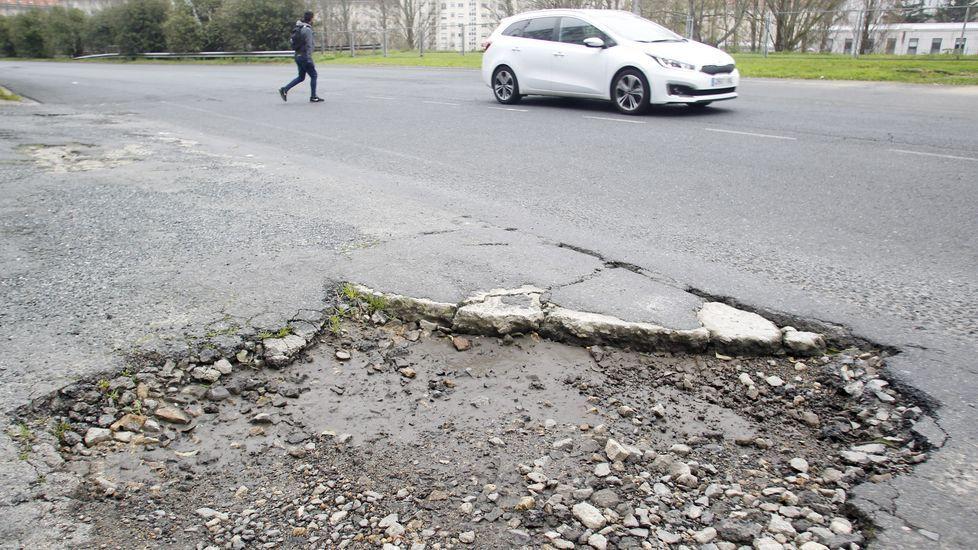 Los peores baches de Ferrol.Agentes de la Policía Local controlando el pasado verano la zona peatonal del Cantón