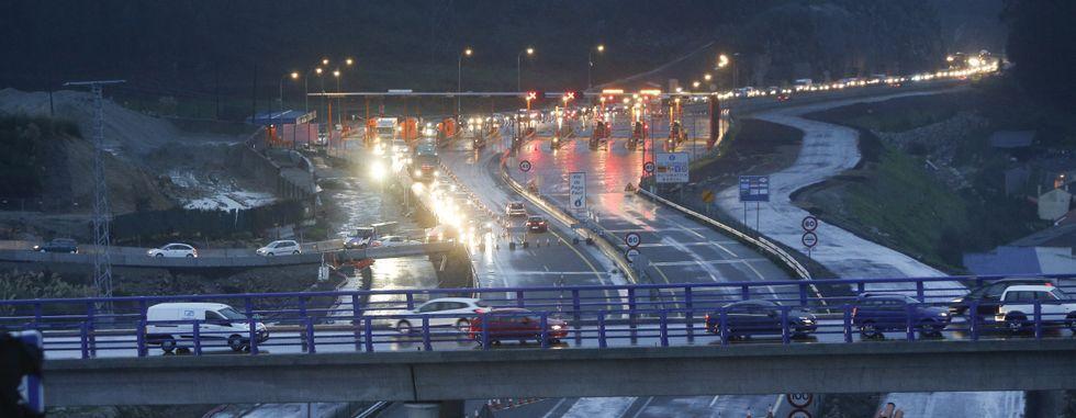 En la imagen se puede ver que la caravana de vehículos alcanzó la autopista de Carballo a primera hora de la mañana de ayer.