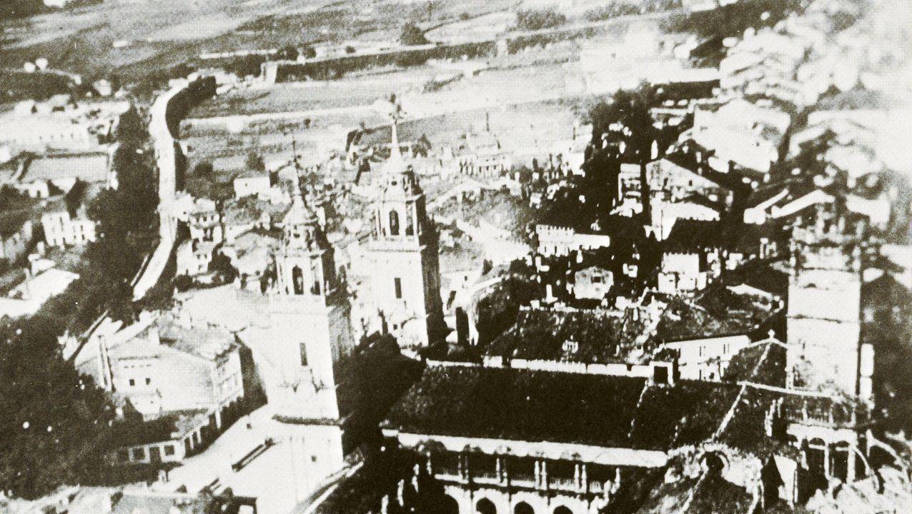 O parque de Rosalía celebra o seu centenario.En esta imagen aérea de Lugo se puede ver al fondo a la izquierda la voladura de la Muralla en 1921 para abrir una nueva puerta