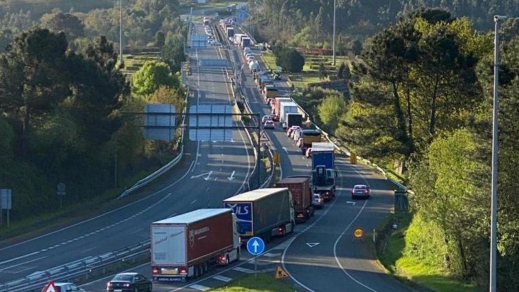 Colas en la frontera.Frontera de A Madanela, entre Galicia y Portugal, cortada en la parte portuguesa