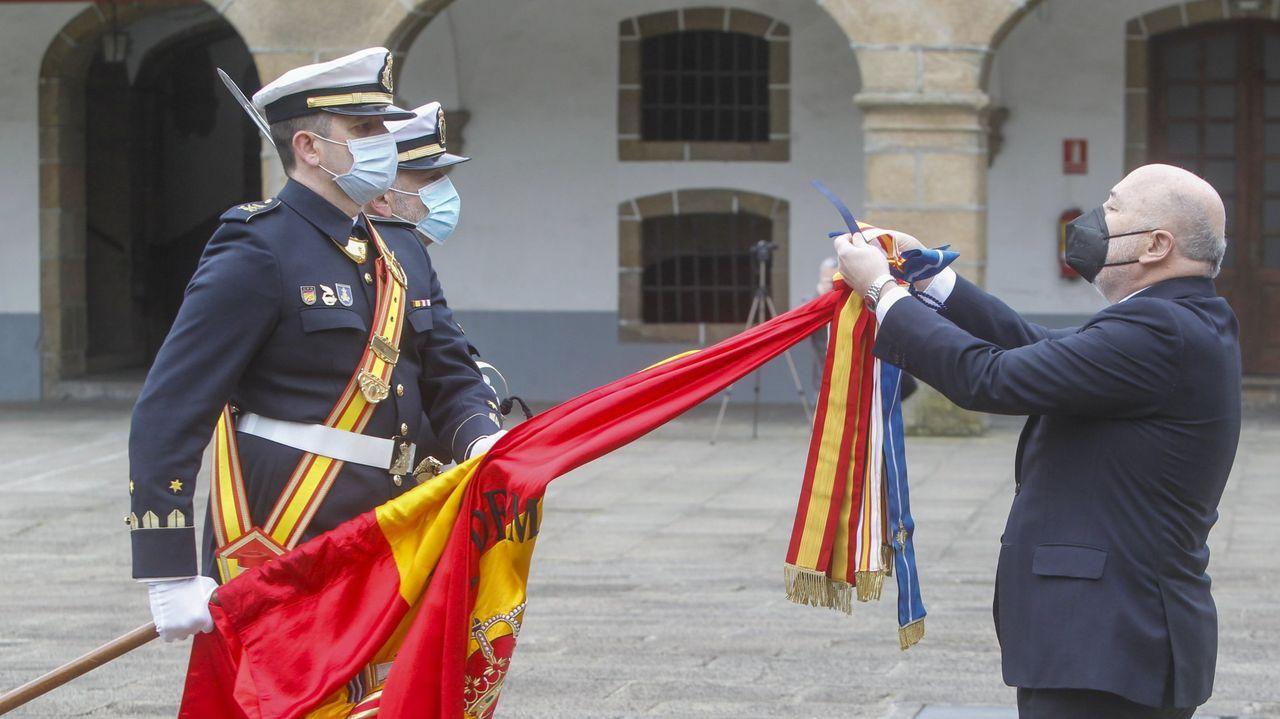 Los trabajadores de Ence increpan al alcalde de Pontevedra, Fernández Lores, a su salida del Concello.El delegado del Gobierno en Galicia fue el encargado de imponer la condecoración a la bandera del Tercio Norte