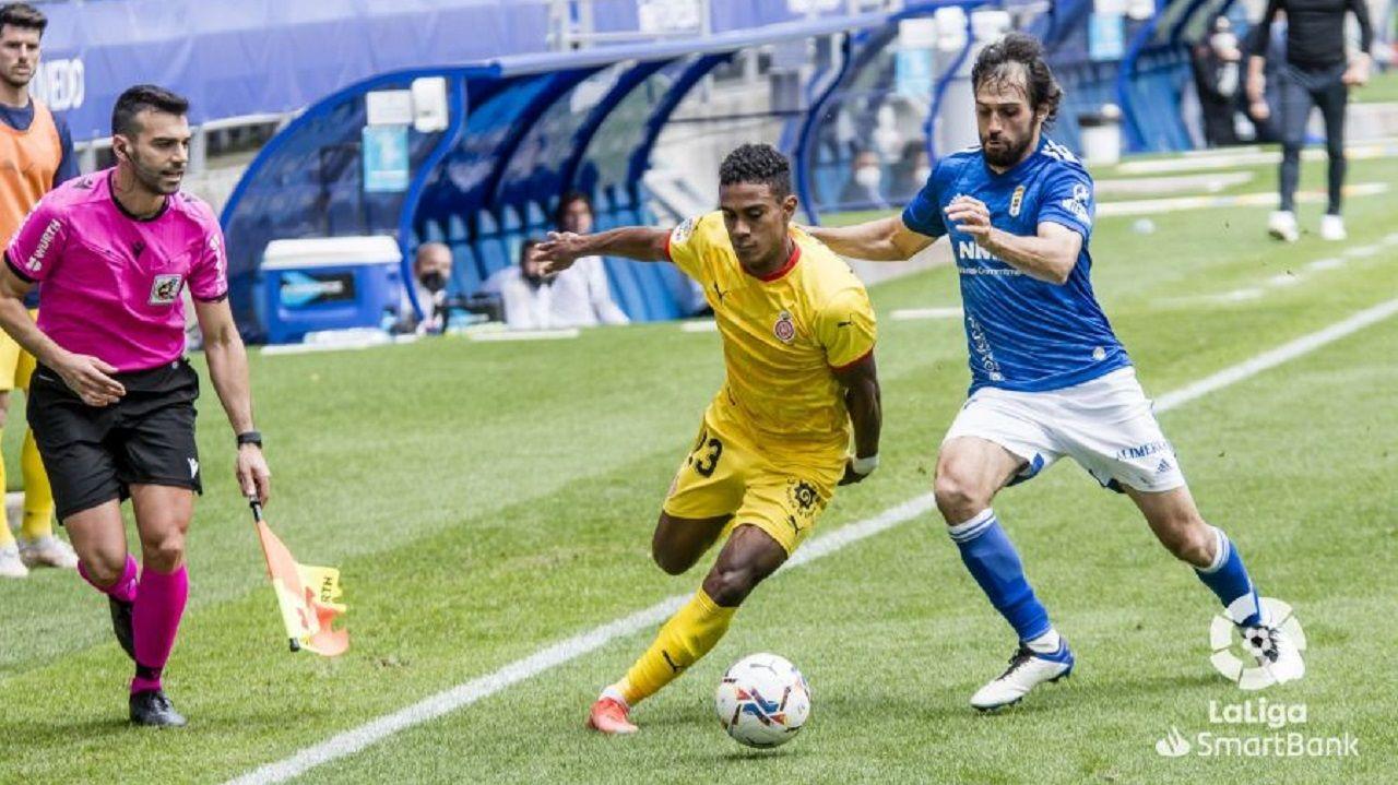 Arribas y Yoel Bárcenas disputan un balón durante el Oviedo-Girona