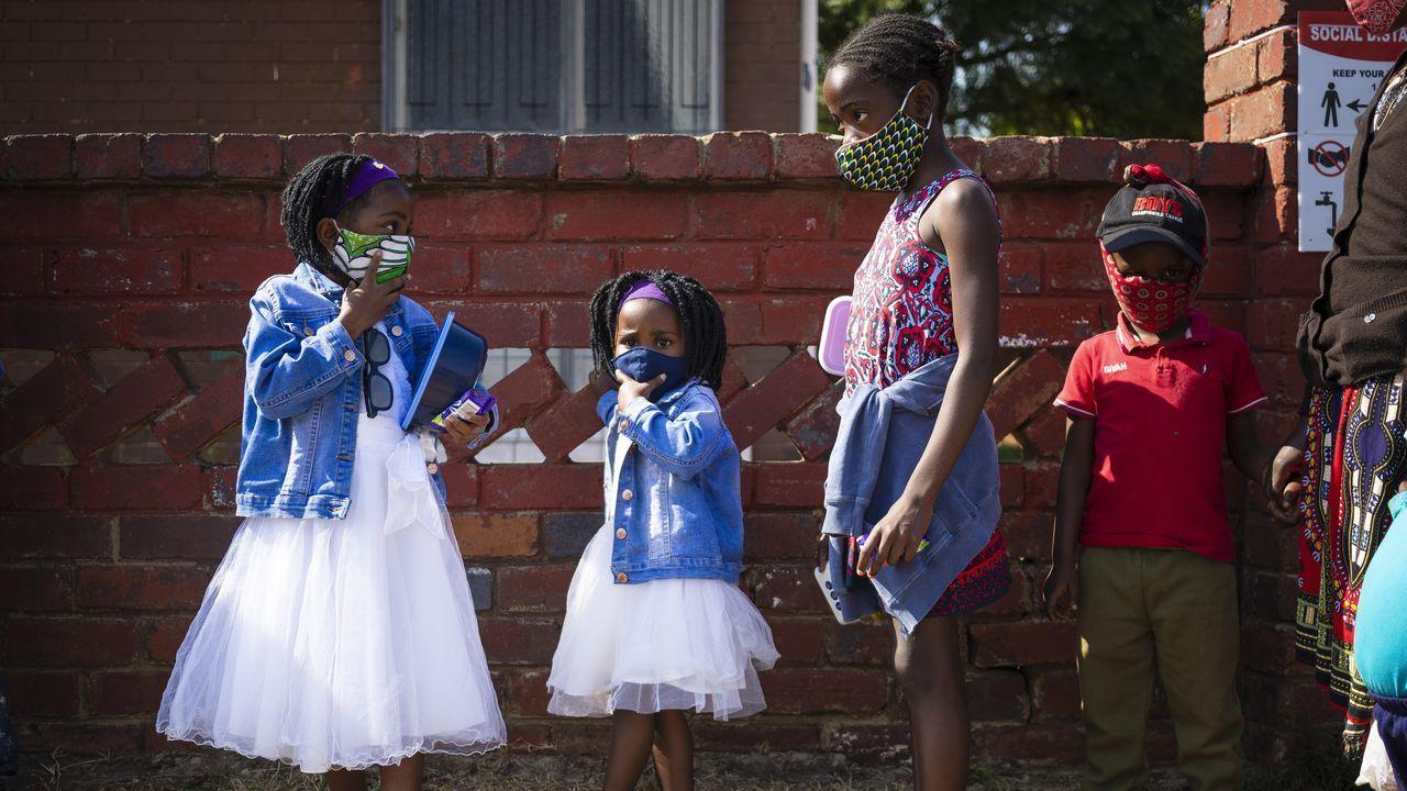 En Johannesburgo, Sudáfrica, muchos pequeños ya se han habituado al uso de las mascarillas
