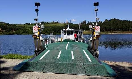 Imágenes de la ruta de A Queimada.La insuficiencia de espacio dificultaba hasta ahora las maniobras de entrada y salida a la barcaza.