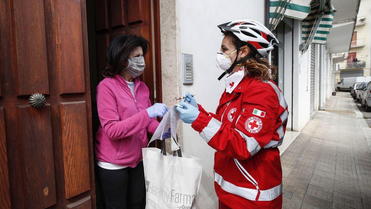 Veciños de Cortegada confeccionan mascariñas nas casas para repartir entre os veciños.En la imagen, Julio Pedre, uno de los «makers» de Ferrolterra que está fabricando viseras de protección facial mediante impresión 3D