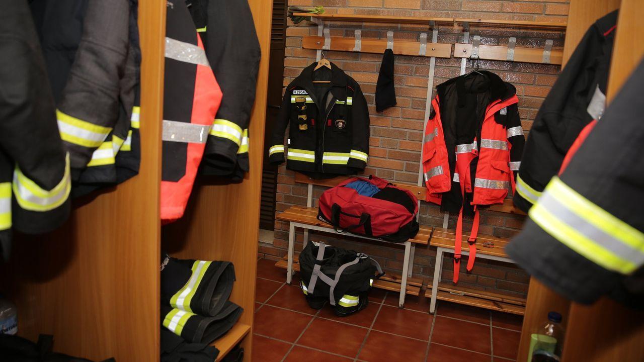 El alcalde de Coirós posa en las obras del nuevo colegio que financia la Xunta en Pedrapartida