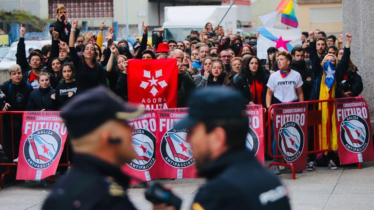 Un muerto y tres heridos graves en una batalla campal entre dos bandas dedicadas a la venta de droga en Badalona.Desalojo en la estación de Sants en Barcelona