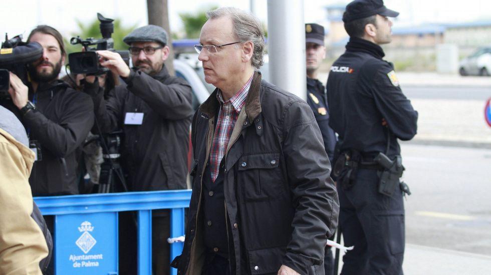 El exvicealcalde, Alfonso Grau, a la izquierda, a su llegada al juzgado