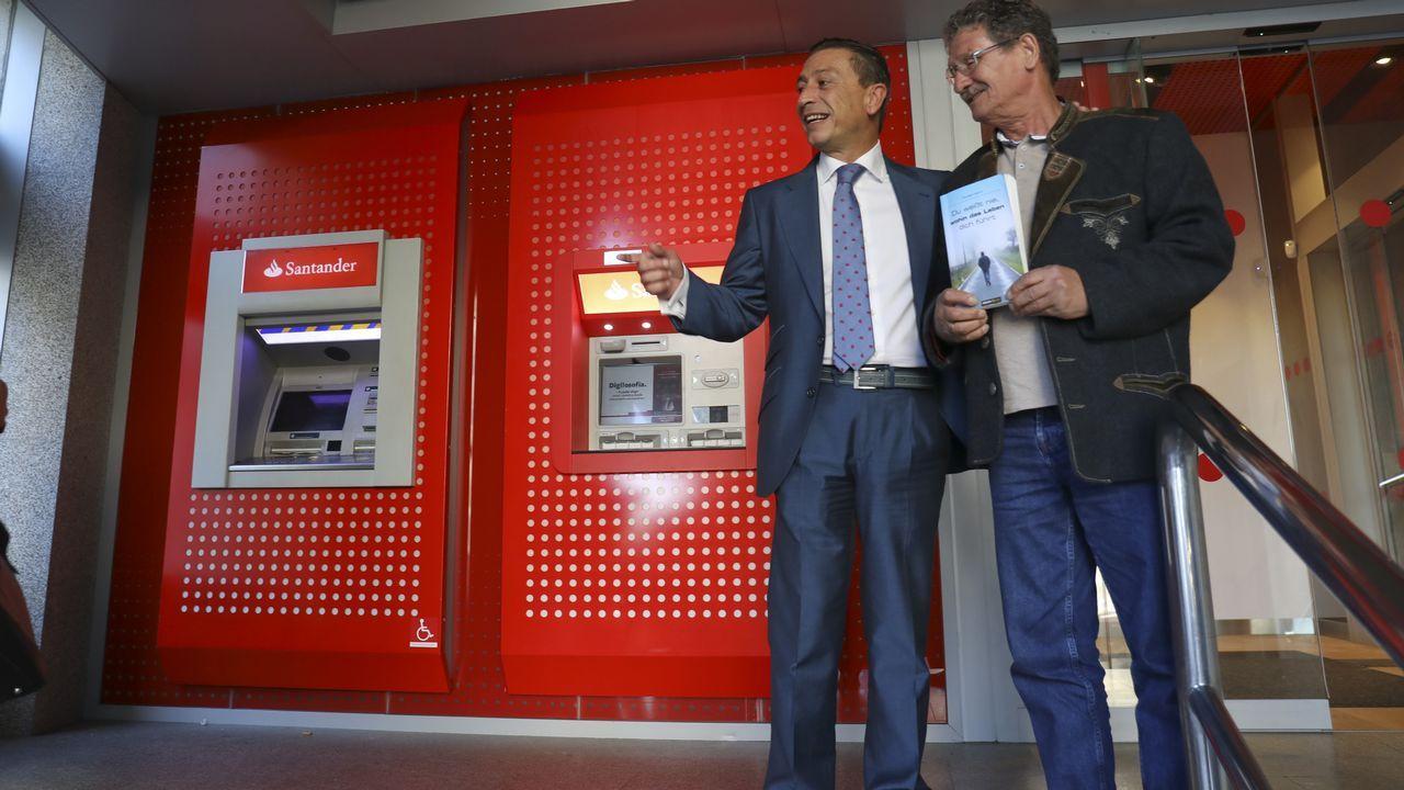 Michael Martin junto al director de zona del banco donde dormía en Santiago