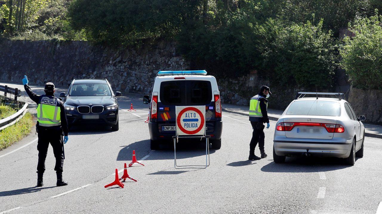 Agentes de la Policía Nacional realiza un control de tráfico