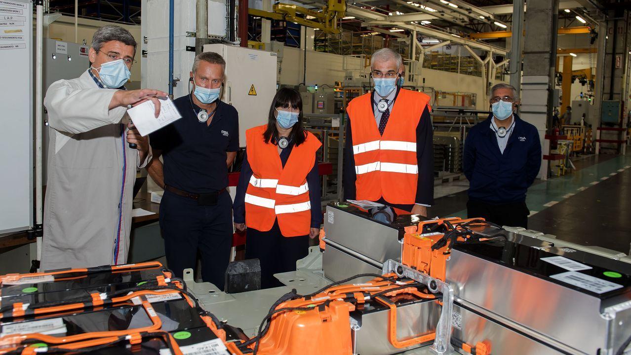 Trabajadores de la planta de PSA en Vigo realizando tareas de preparación en Ferraje para la reactivación de la actividad tras el parón por la pandemia de coronavirus