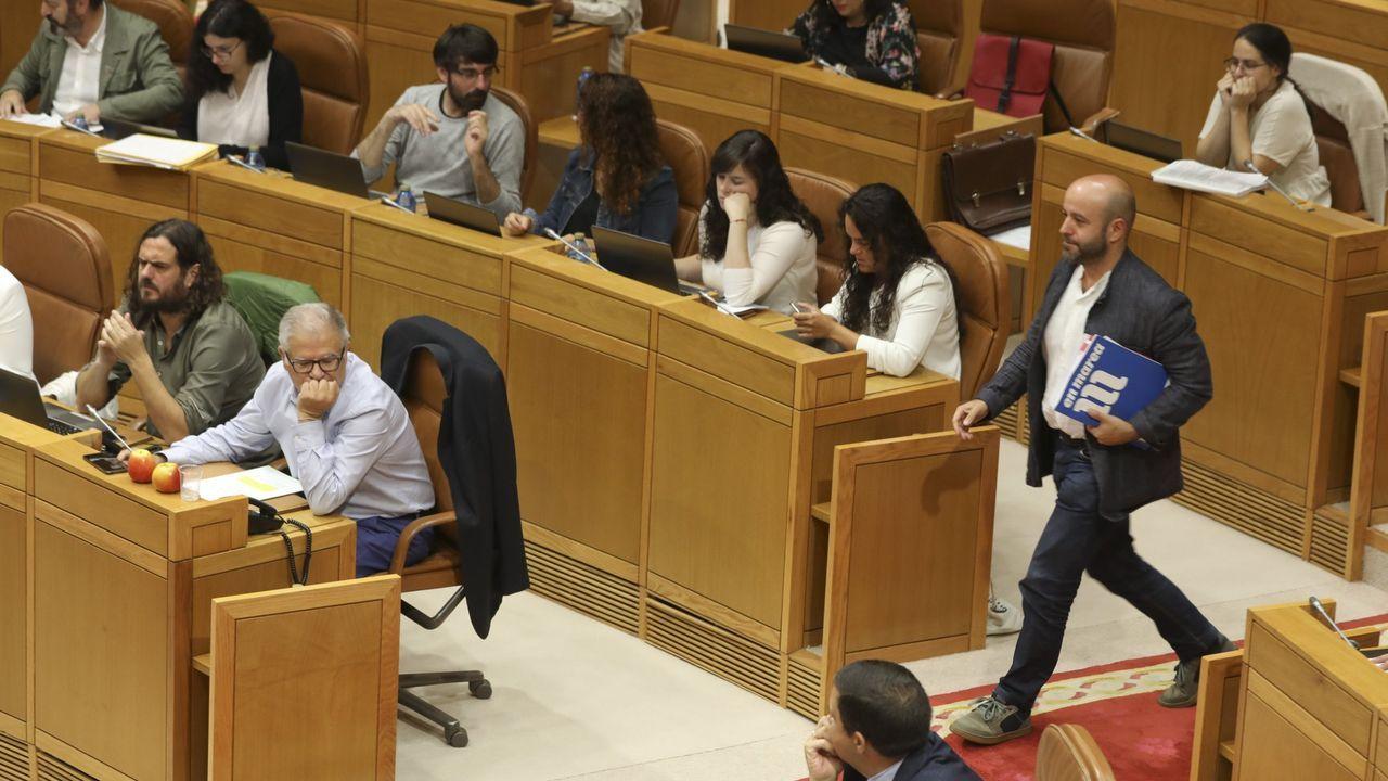 Luís Villares, del Grupo Mixto, a punto de pasar ante Manuel Lago y Antón Sánchez, del Grupo Común da Esquerda, en el último pleno del Parlamento antes de las elecciones autonómicas