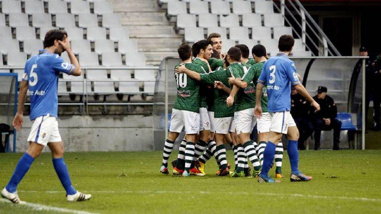 Los jugadores del Racing de Ferrol celebran un tanto mientras David Fernández y Álvaro Cuello se lamentan