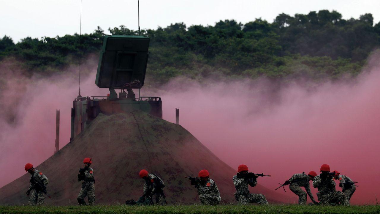 Soldados taiwaneses maniobran durante un ejercicio militar antes del día nacional de Taiwán