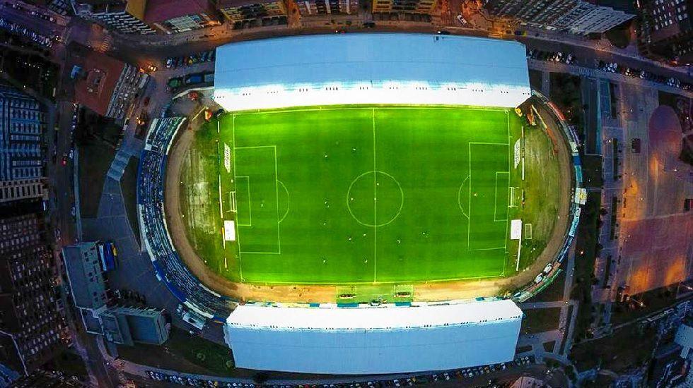 Príncipe reflexiona conSebastiao Salgado.Imágen aérea del Estadio Suárez Puerta de Avilés