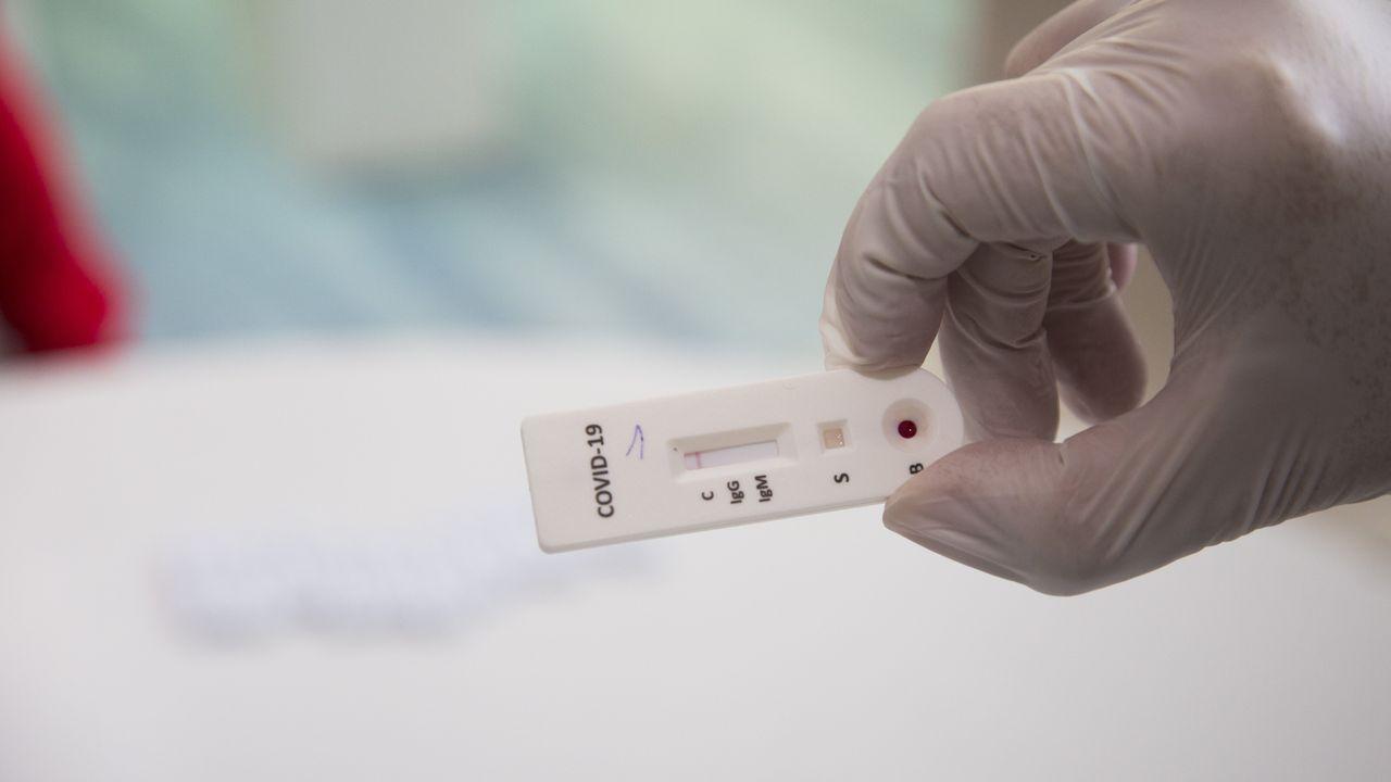 Image de la realización de un test rápido en el hospital Virxe da Xunqueira de Cee