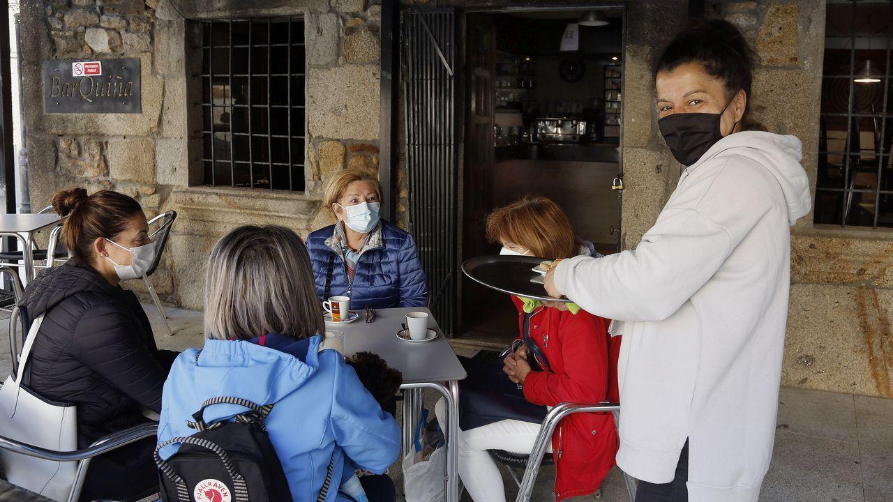 El derbi entre el Noia y el Puebla disputado en el Julio Mato Matito, en imágenes.María Vilasó atiende a unas clientas en la terraza de su bar en el casco urbano de A Pobra