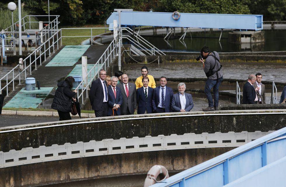 Homenaje a Vanessa Lage, la policía muerta en el atraco de O Calvario en Vigo.Las autoridades participantes en la visita recorrieron las instalaciones de la depuradora.