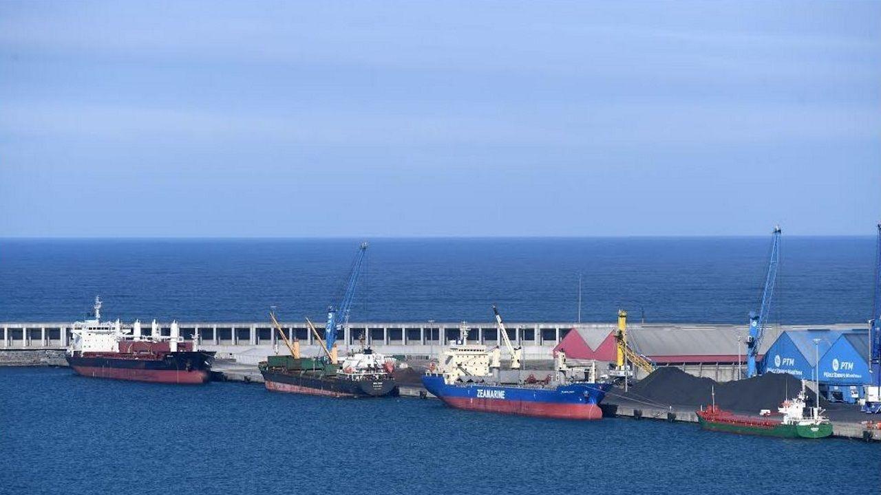 Tuberías para el futuro oleoducto de Repsol almacenadas en Punta Langosteira