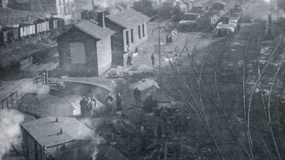 Vista general de la estación de Torre del Bierzo. En primer plano los coches siniestrados en 1944