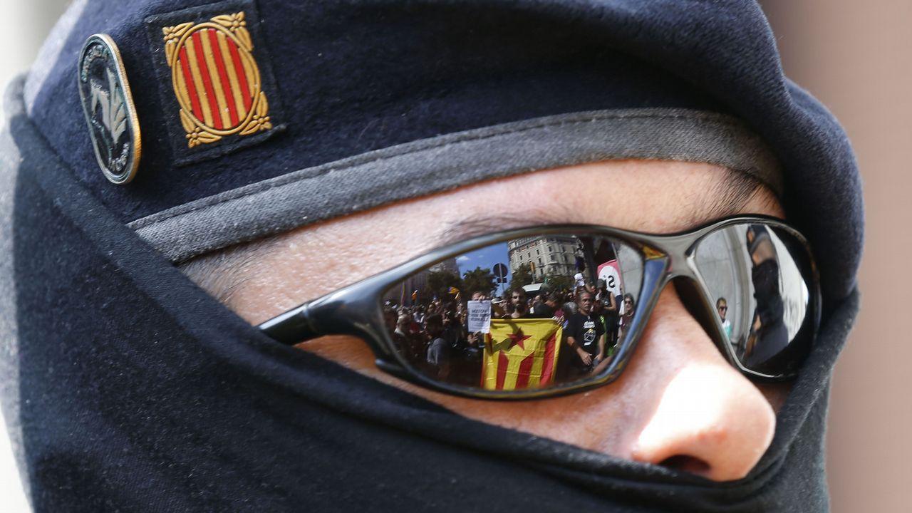 Reflejo en las gafas de un agente de una de las protesta por las detenciones y registros contra la organización del referendum catalán