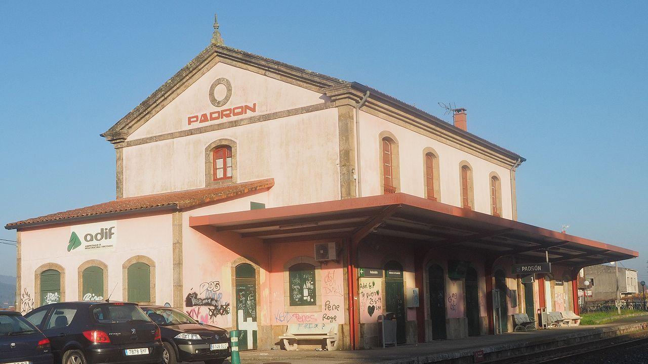 Suciedad en los trenes Vigo-A Coruña.El diputado Néstor Rego estuvo acompañado en la estación de tren por representantes del BNG en la comarca