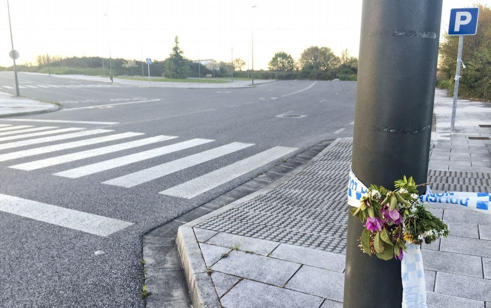 Así fue la botadura del «Carrasco».Alguien pone flores en el lugar donde apareció el coche de Tatiana Vázquez cosida a puñaladas.