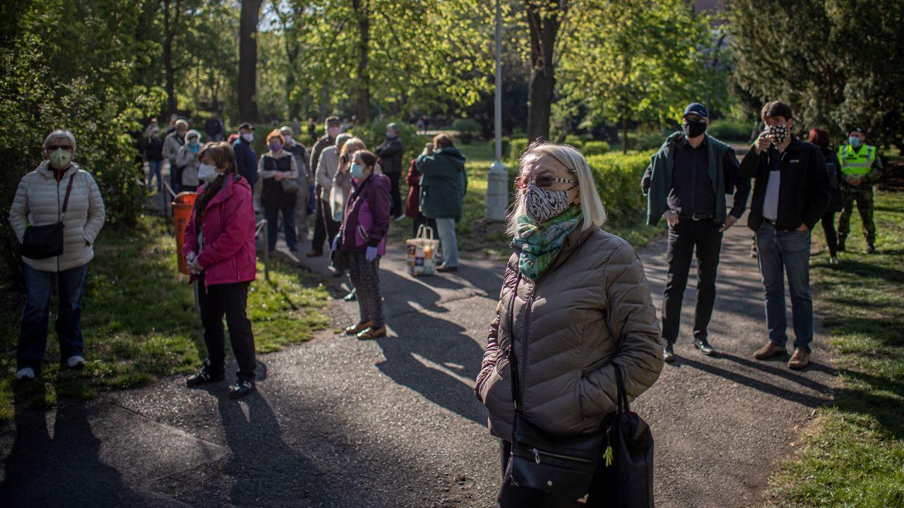 Ciudadanos checos aguardan para hacerse las pruebas voluntarias de COVID-19