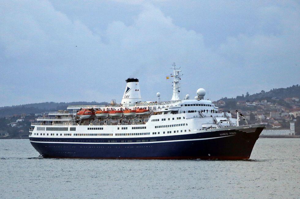 El trasatlántico «Marco Polo», con 1.100 personas a bordo, entrando ayer en la ría de Vigo.