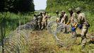 Soldados lituanos levantando la valla en la localidad fronteriza de Druskininkai