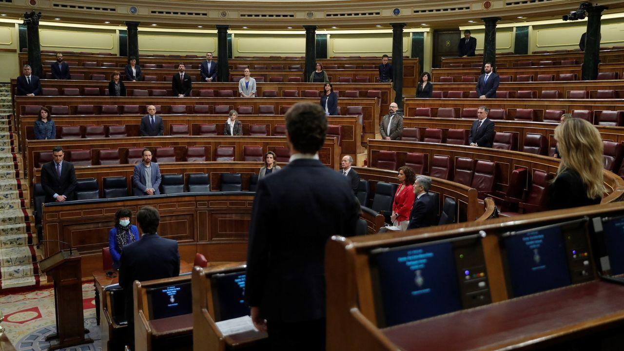 Imagen del último pleno, con el Congreso vacío y los diputados en pie guardando un minuto de silencio