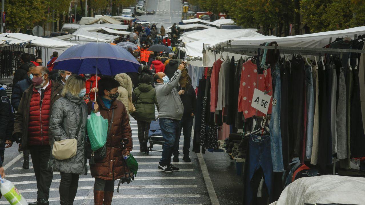 Así fue el estreno del mercadillo en la rúa París.Las restricciones para entrar en Galicia y moverse entre la mayoría de las ciudades se han notado en las terrazas vacías de locales como los del casco histórico