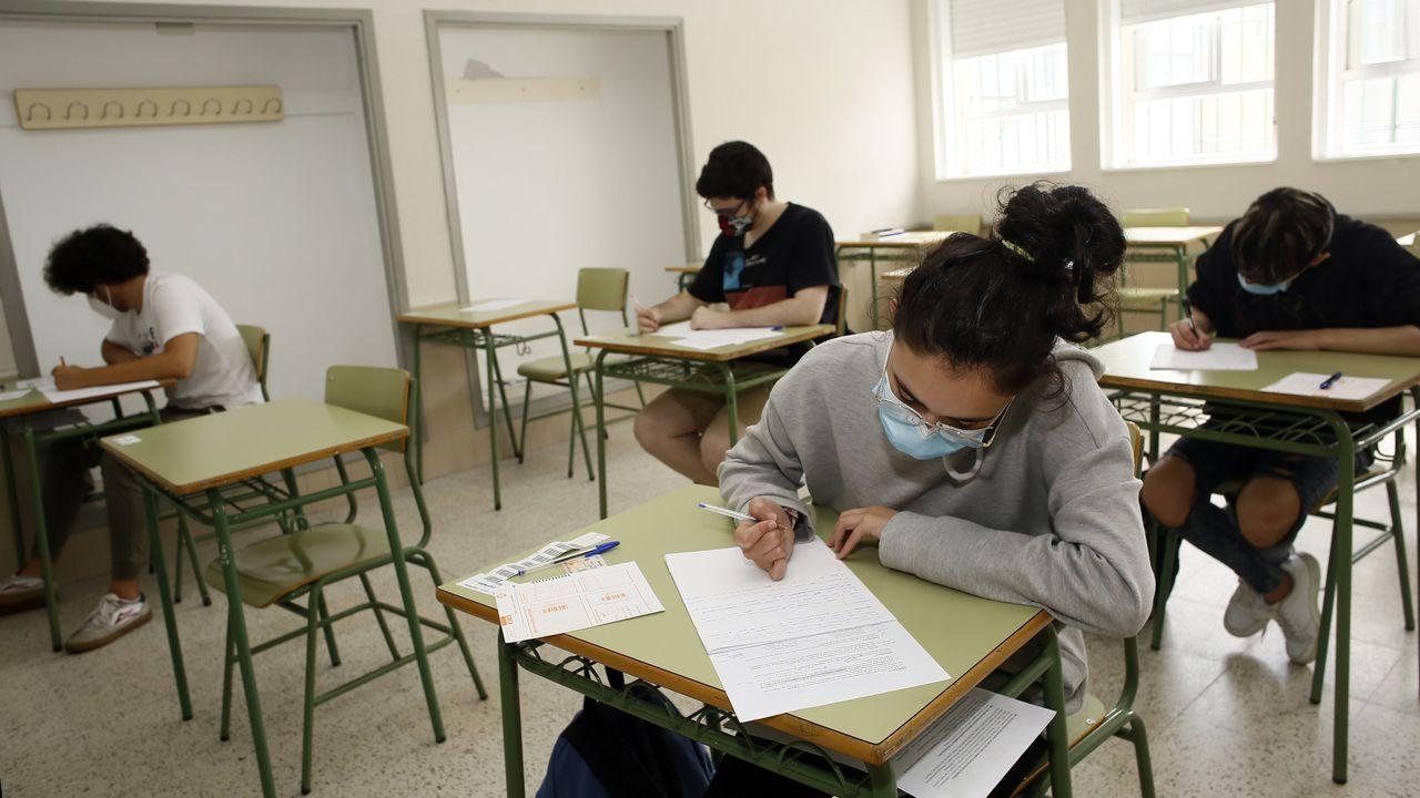Así empezó la selectividad en Viveiro.Imagen de la pasada selectividad en Santiago, con las profesoras contando los exámenes para repartirlos por el aula