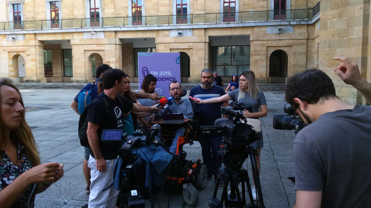 Pablo Echenique, con Jara Cosculluela y Xuacu Rodríguez, coportavoces de Organización en Podemos Asturies, atiende a los medios de comunicación en Gijón