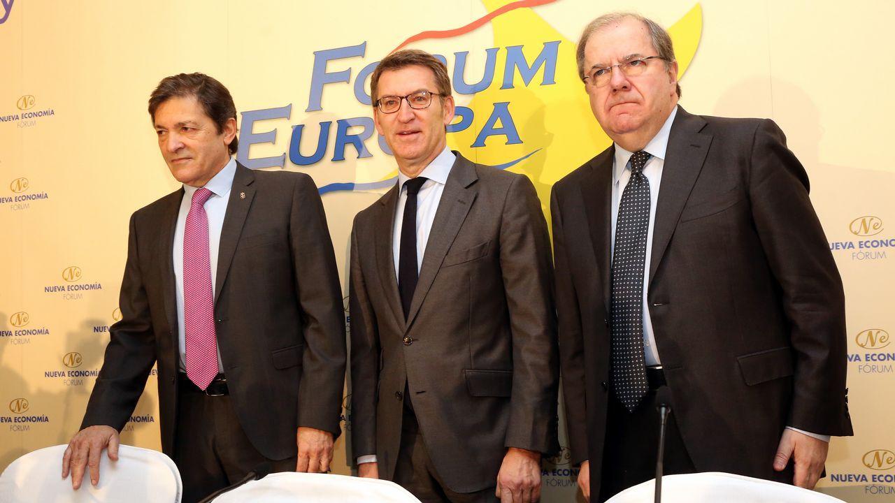 Javier Fernández, Alberto Núñez Feijóo y Pablo Junceda, con Castropol al fondo.Javier Fernández, Feijoo y Juan Vicente Herrera, en Madrid