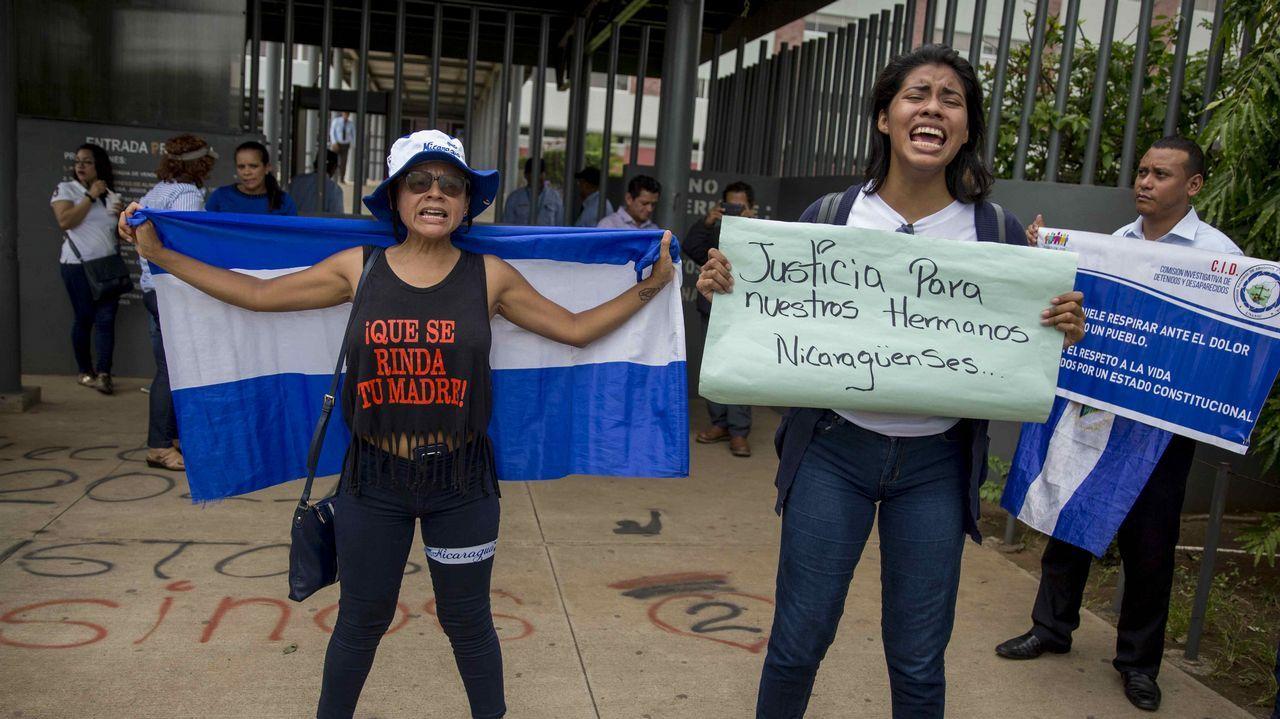 Dos mujeres protestan contra la represión del Gobierno nicaragüense a los jóvenes