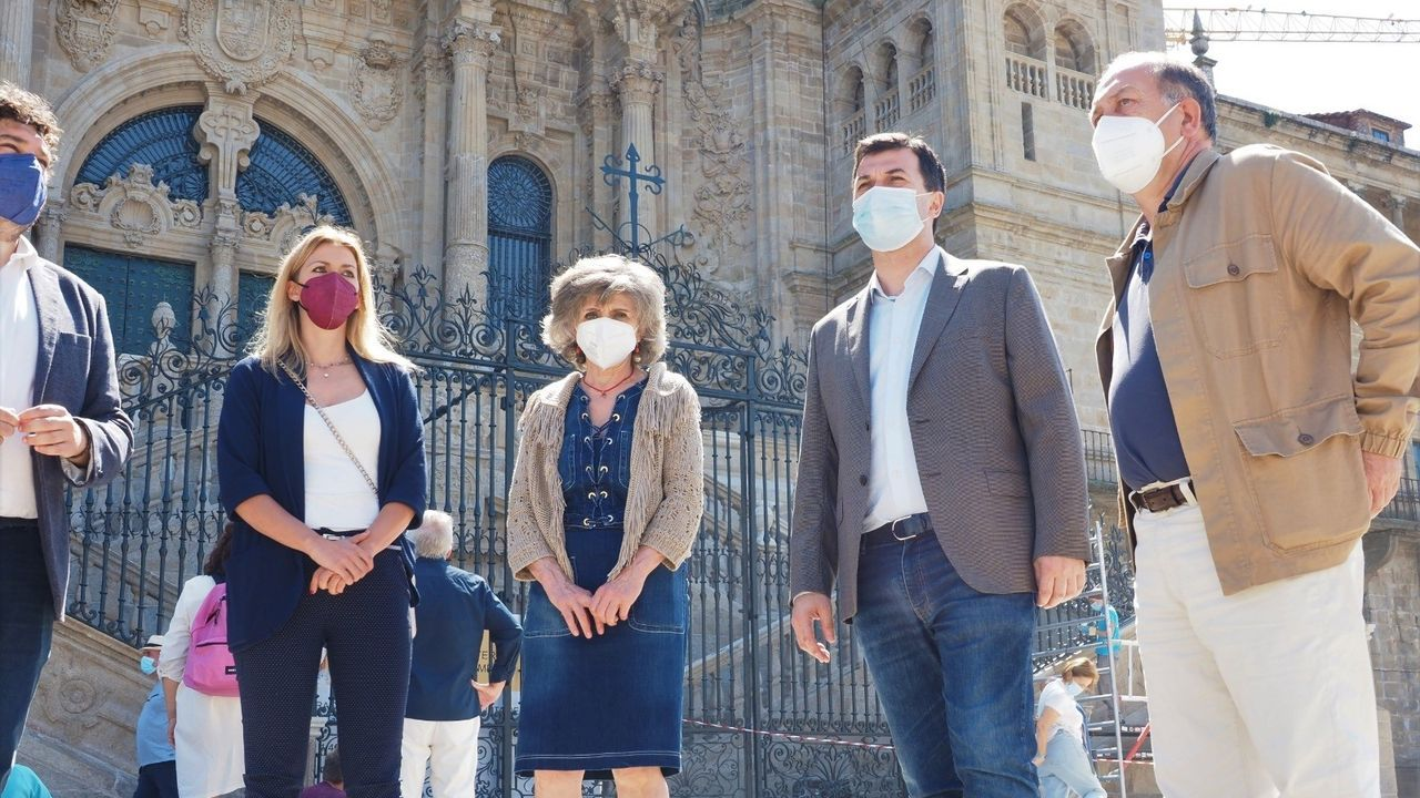 Caballero, junto a la exministra de Sanidad Maria Luisa Carcedo, esta mañana en Santiago