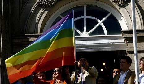 Rodrigo Borda y Sergio Miranda, los primeros homosexuales inscritos como pareja en el Registros Civil de Uruguay, posan mostrando sus anillos