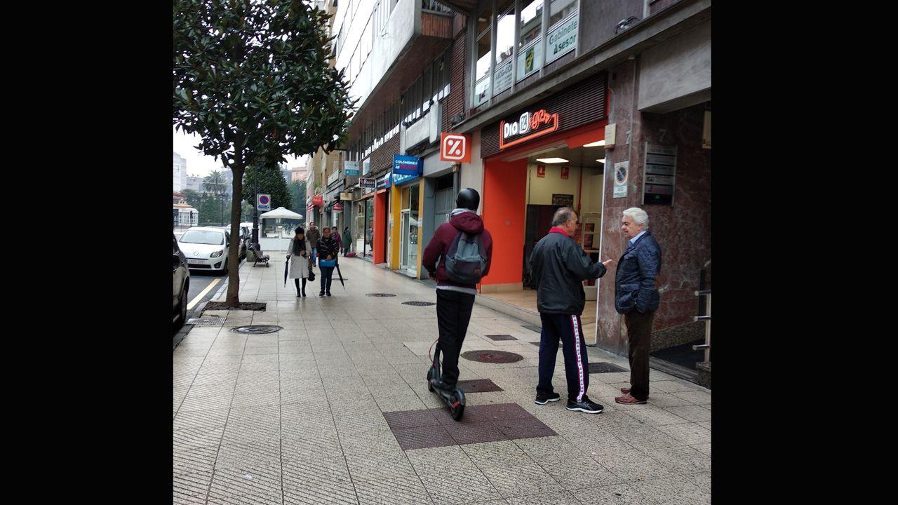 Un usuario recorre en patinete la calle Valentín Masip de Oviedo