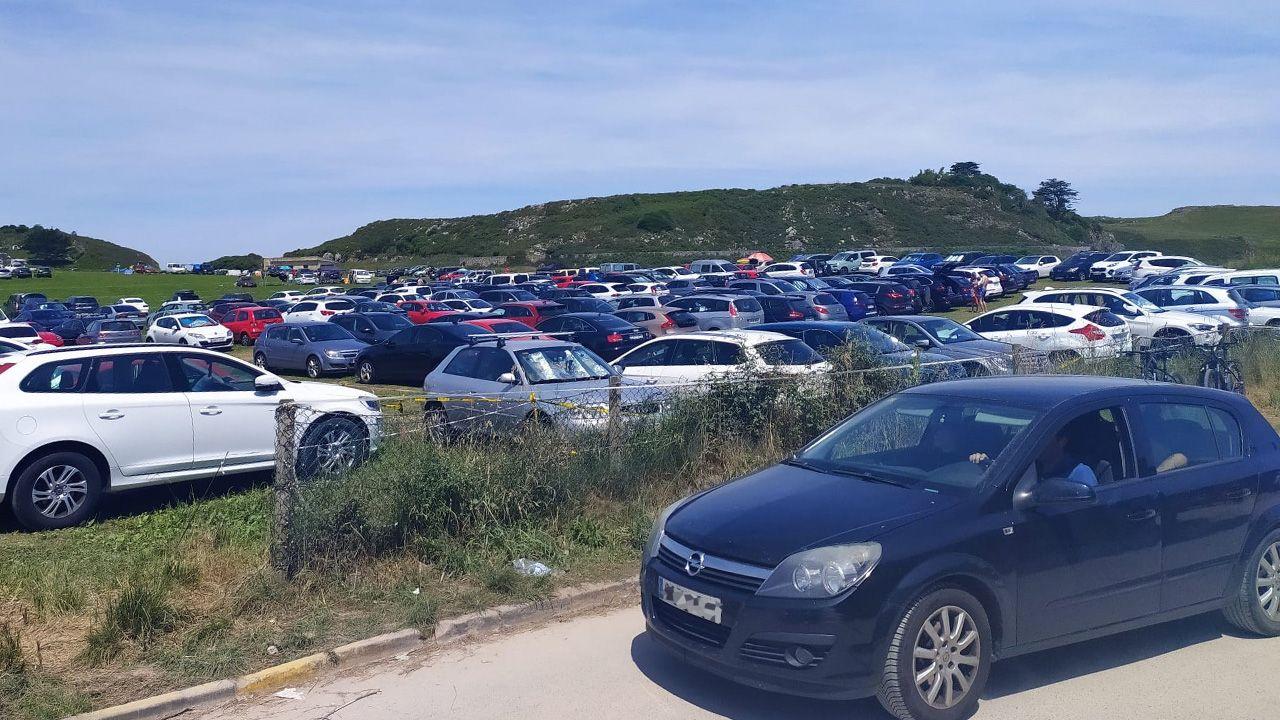 Uno de los muchos parkings privados a pie de playa, en los prados cercanos al arenal del Borizu, Llanes, el pasado domingo