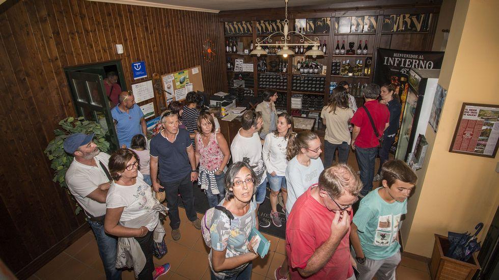Un grupo de turistas visitando las instalaciones de la bodega Regina Viarum en Sober