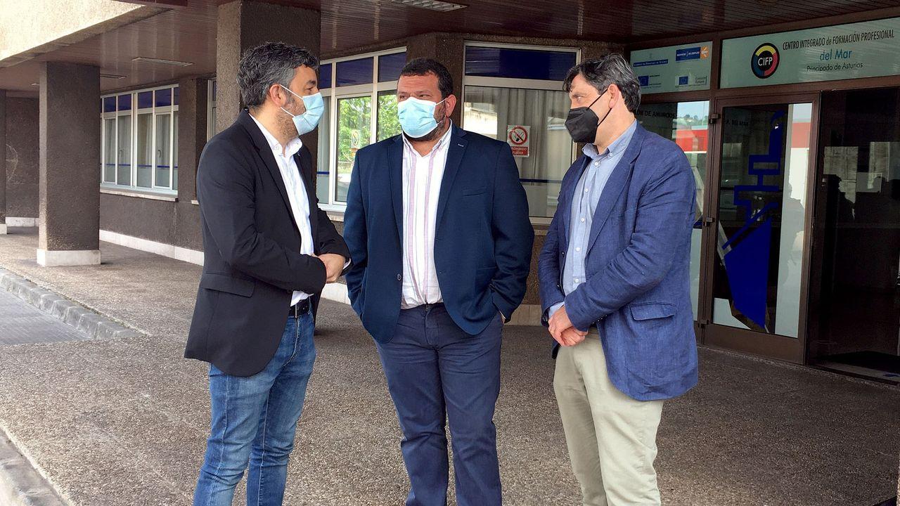El consejero de Medio Rural, Alejandro Calvo; el presidente de la Federación de Cofradías de Asturias, Adolfo García, y el director general de Pesca Marítima, Francisco González