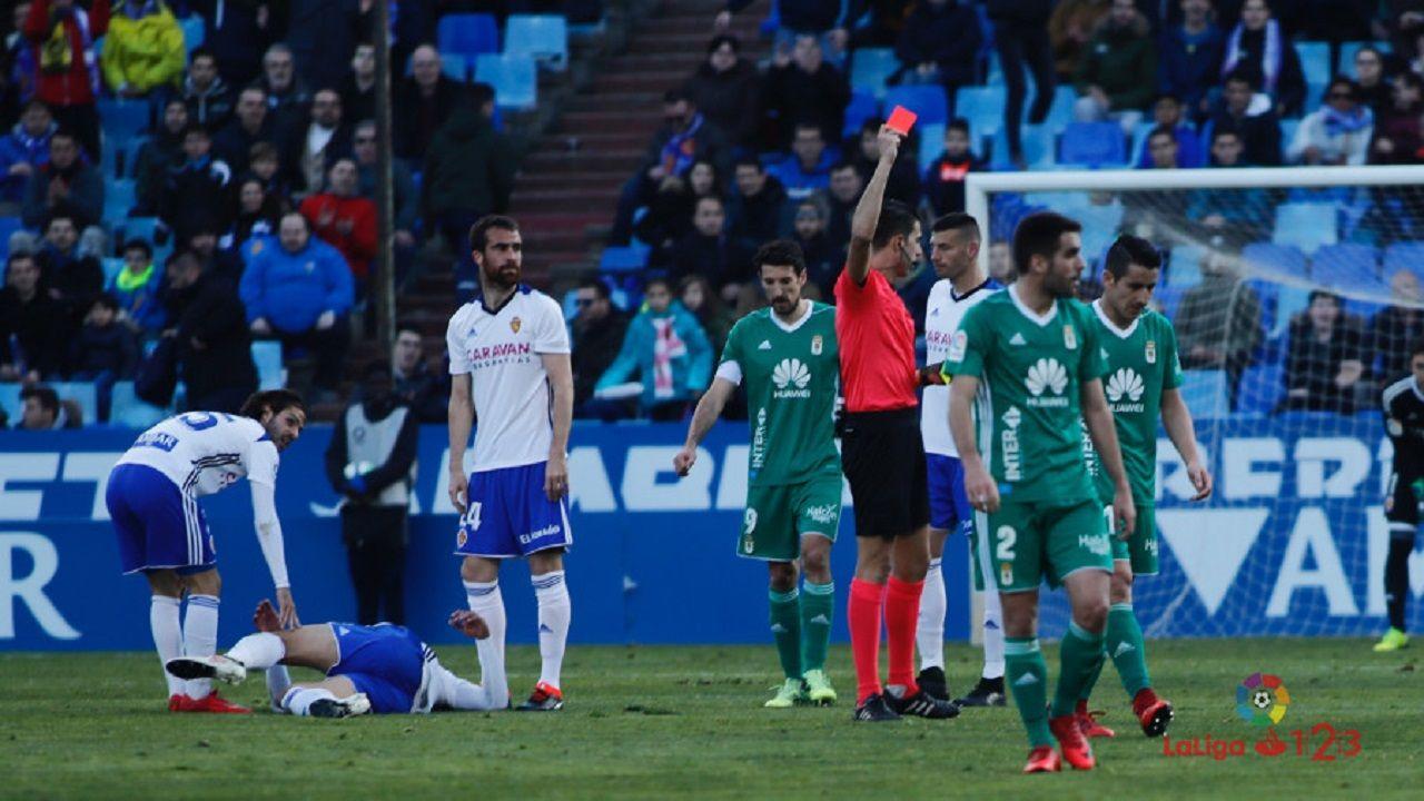 Vicandi Garrido mostrándole la roja a Berjón
