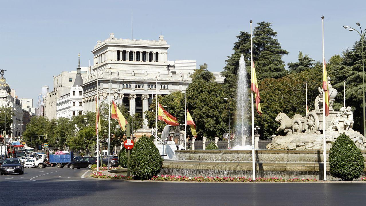 Banderas a media hasta a media asta en la Fuente de Cibeles tras los atentados ocurridos ayer en Barcelona y Cambrils