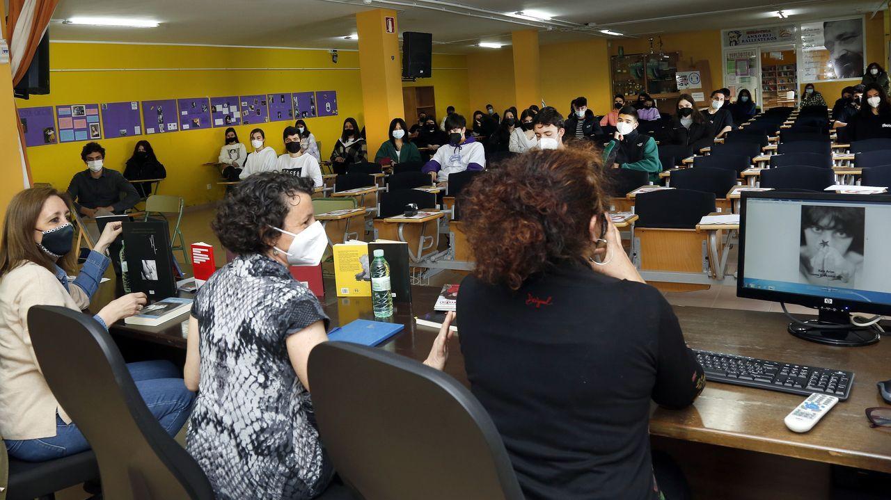 Ana Iglesias, Mónica Soto e Ana Pino, que foron amigas de Xela Arias, falaron da escritora no IES da Pobra