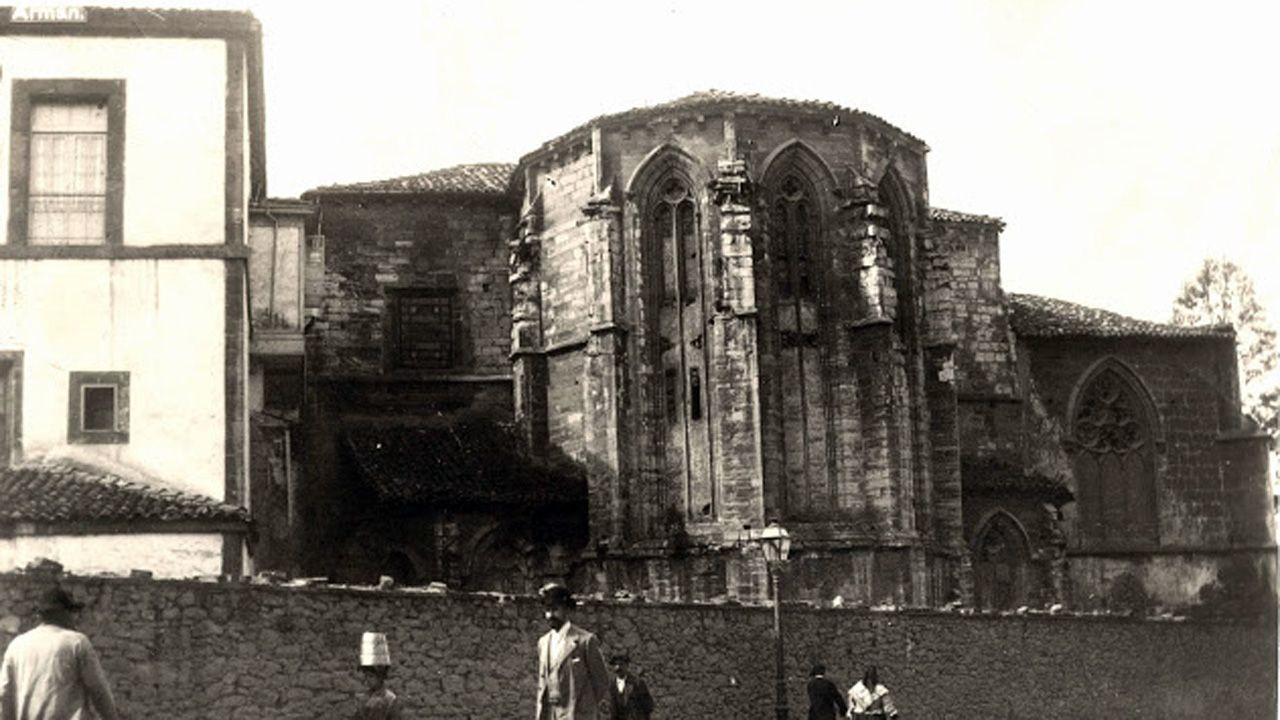 Fachada de la iglesia ovetense de San Francisco hacia la calle Fruela. Fue derribada en 1902 y sobre sus ruinas se construyó el edificio que ahora ocupa la Junta General del Principado
