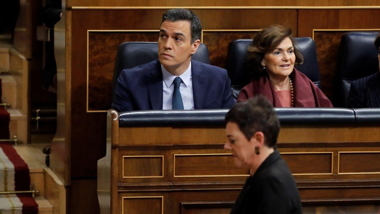 La portavoz de EH Bildu, Mertxe Aizpurua, pasa delante de Pedro Sánchez en el Congreso de los Diputados