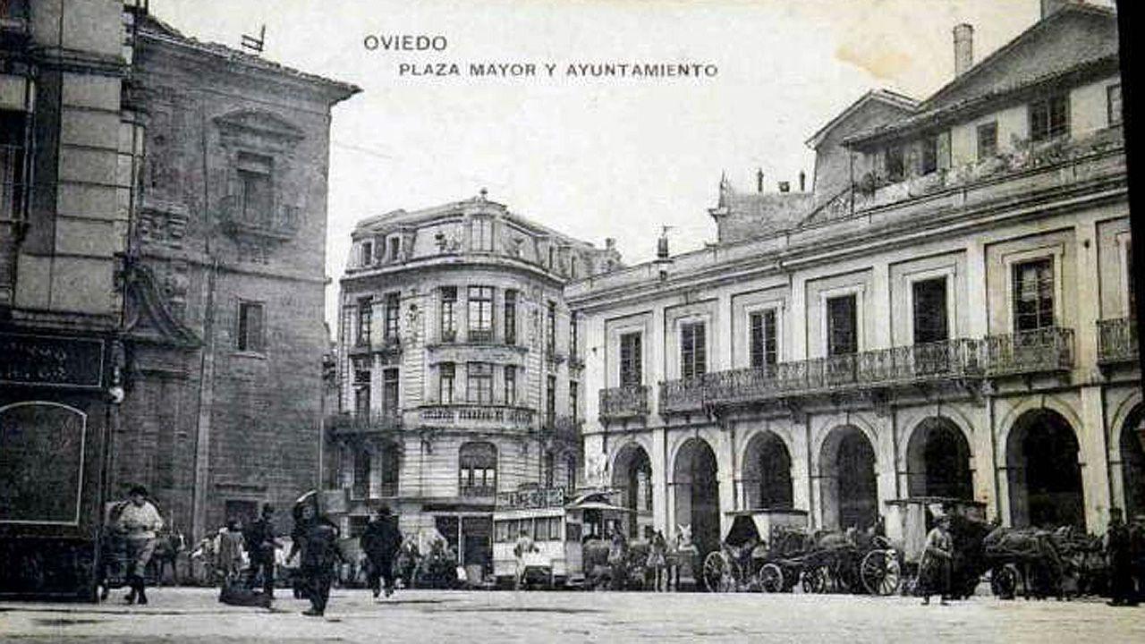 La fotografía tal vez más antigua conservada del ayuntamiento o casa consistorial de Oviedo, tomada en el siglo XIX. Era un punto de parada del tranvía arrastrado por caballos y de los carruajes
