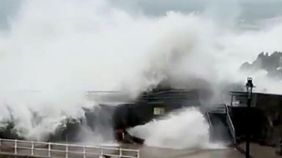 El temporal golpea el dique de Cudillero