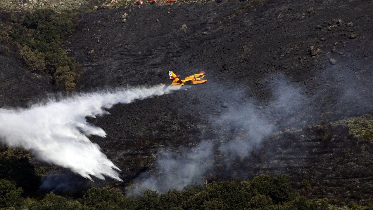 Leonor recuerda la noche en que murió su marido.Un avión echa agua sobre el fuego en un incendio en Vilariño de Conso el mes pasado